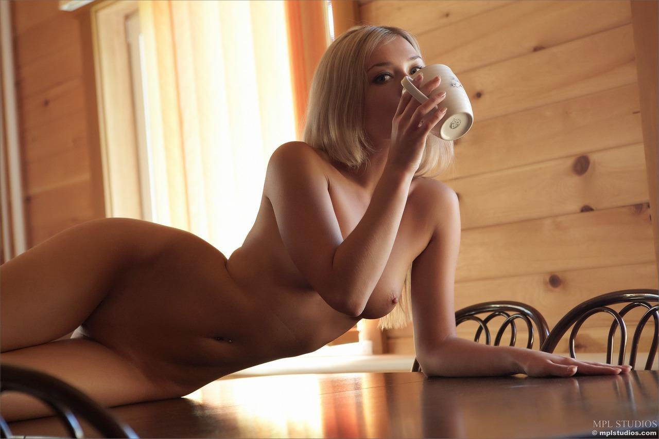 Голая женщина утром