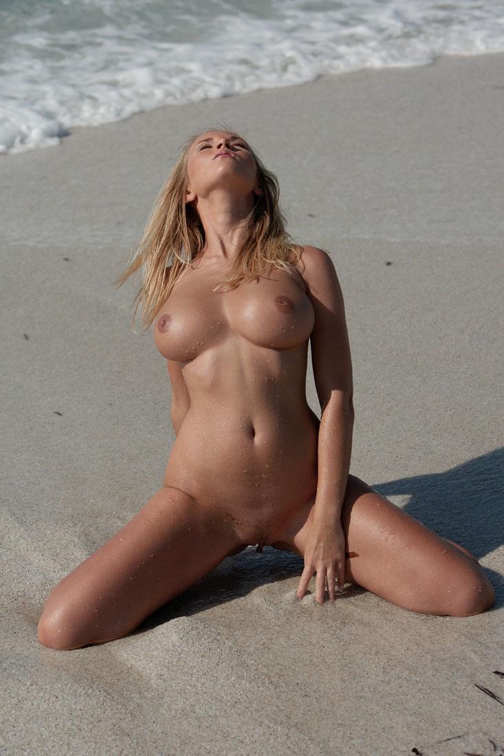 Сиськи на пляже рассказ 9 фотография